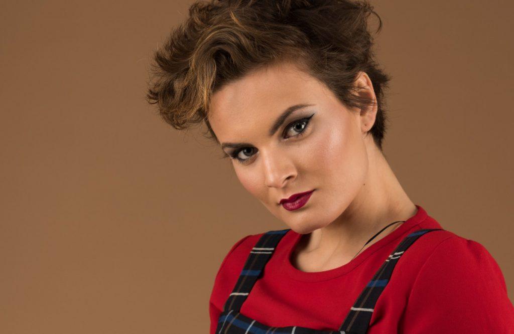 Fotografía del portfolio de la profesional Marta Fontanet de una modelo luciendo un corte pixie