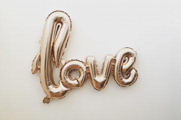 Globos LOVE para celebrar San Valentín
