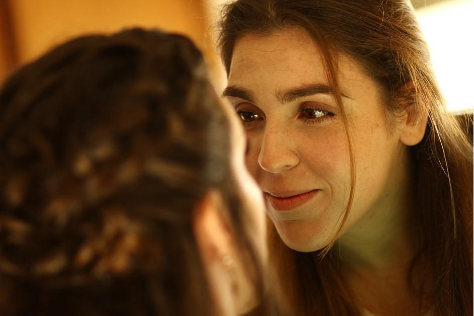 Farahnaz, maquillando atentamente a una novia