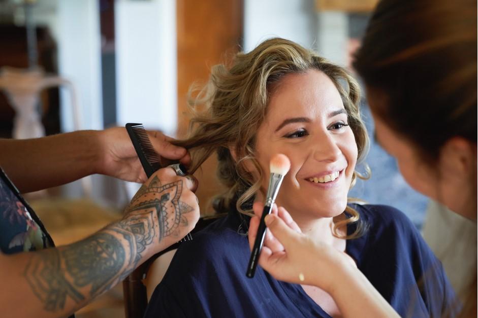 Farahnaz realizando un trabajo de maquillaje