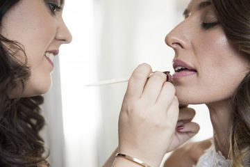 Patricia Sánchez maquillando