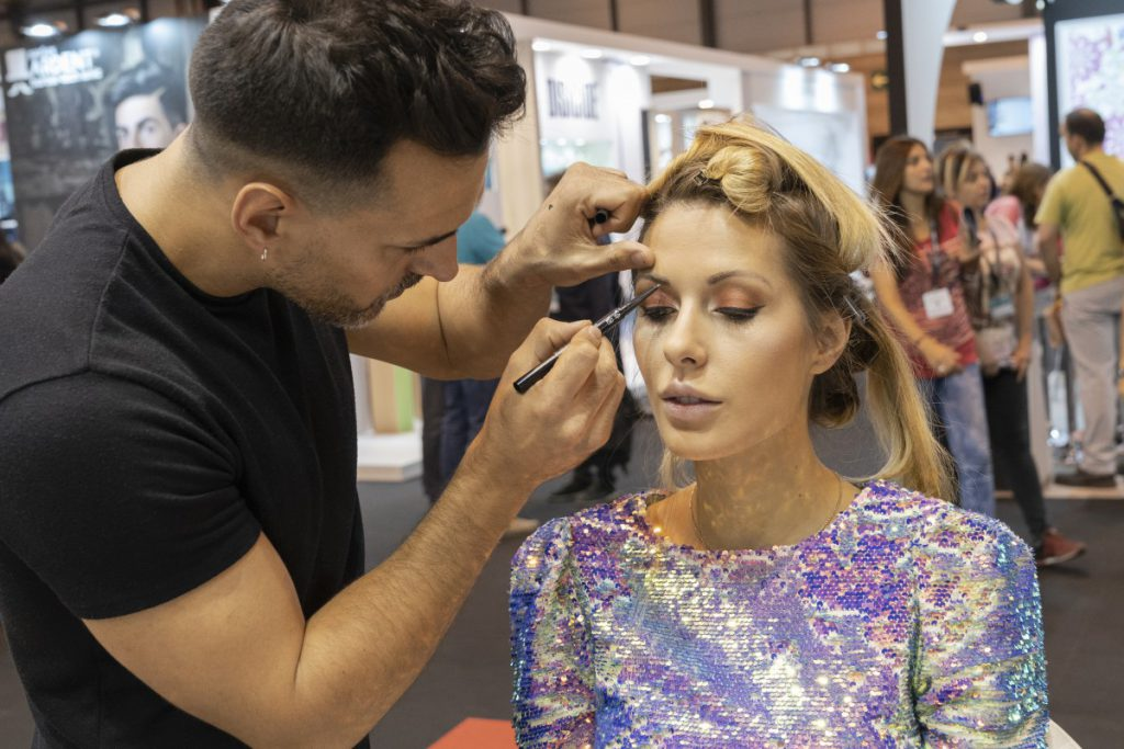 Carles Sancho maquillando las cejas de una modelo
