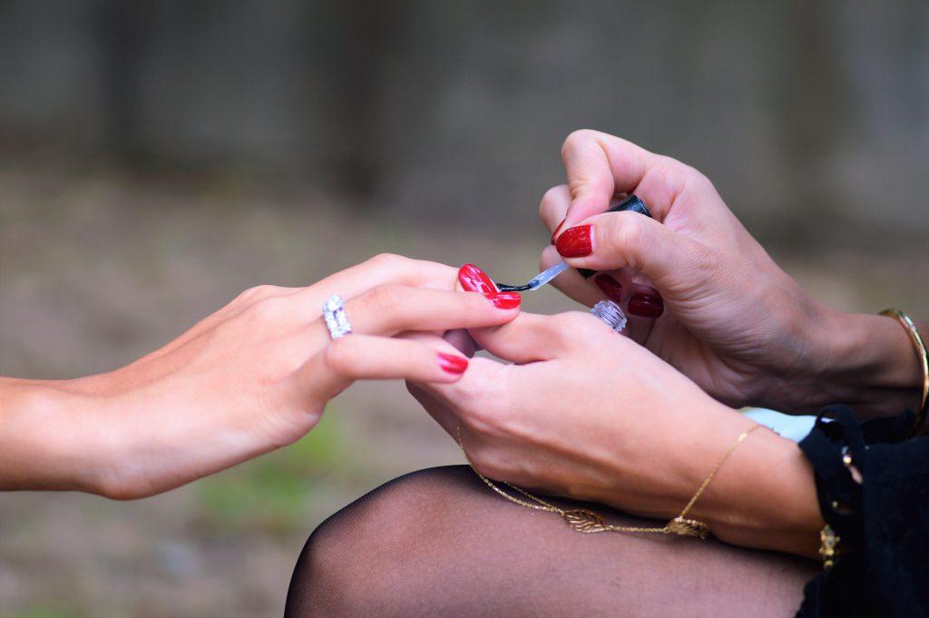 Puedes realizar tu manicura a domicilio en Madrid en tu jardín