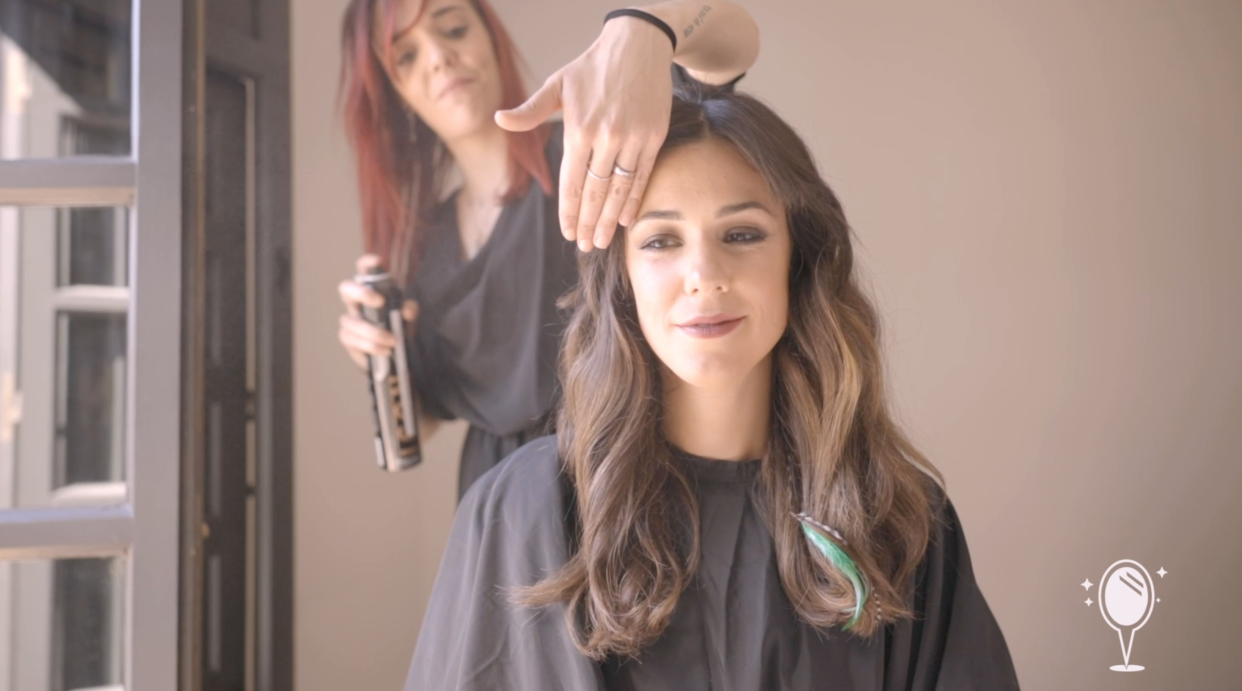 Sandra Morcillo realizando un peinado y maquillaje profesional a Mawi Durán