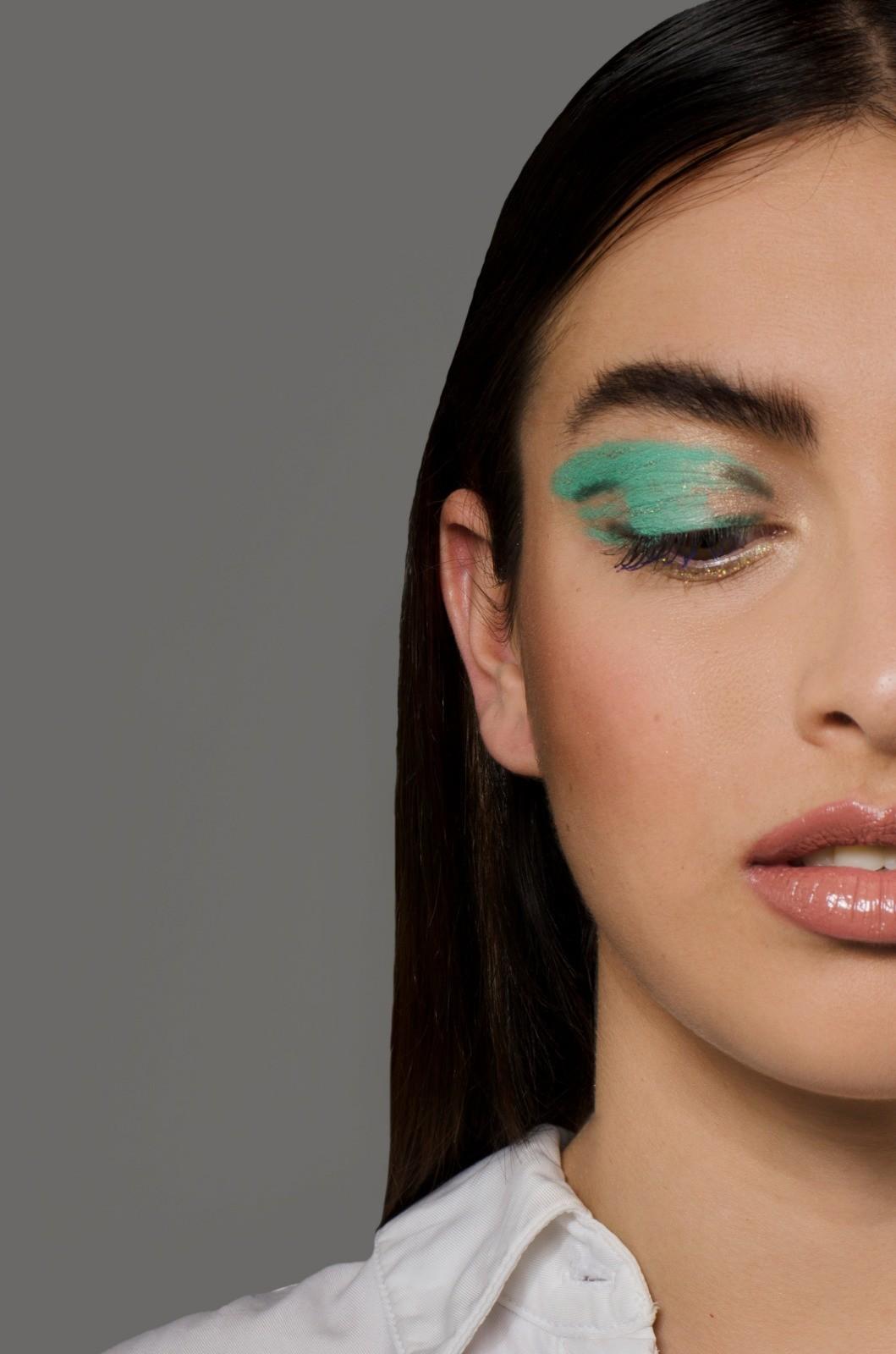 Un ejemplo de cómo maquillar las cejas