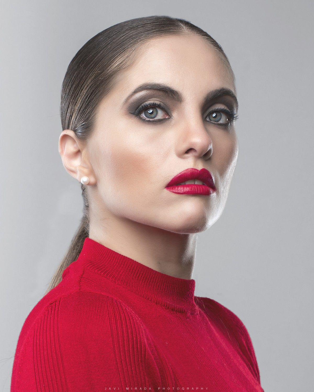 Segundo ejemplo de cómo maquillar las cejas en un maquillaje con labios rojos