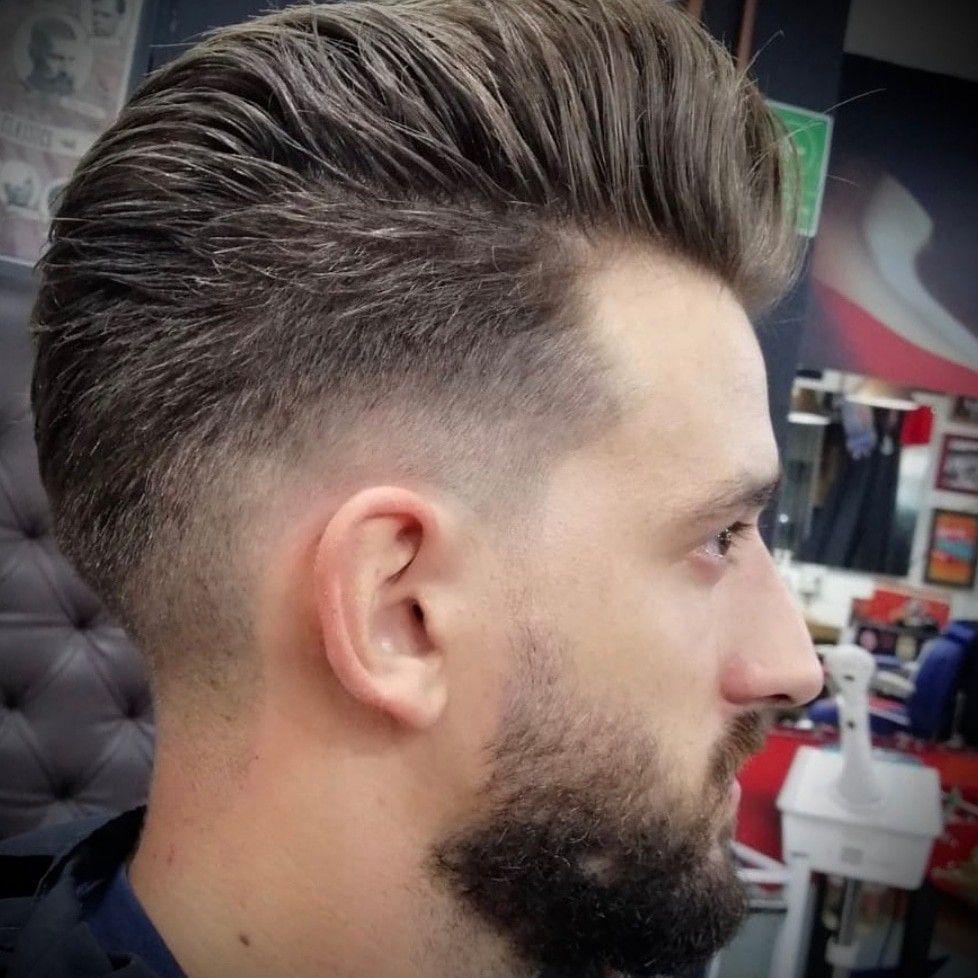 Miguel Ángel, uno de los barberos que trabajan a domicilio en Madrid
